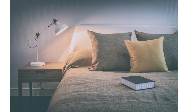 Łóżka z szafkami nocnymi - jak mogą być skonstruowane?